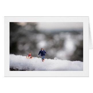 Weihnachtskarte: Kleine Leute Sledging im Schnee Karte