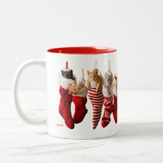 Weihnachtskätzchen in den Strümpfen Zweifarbige Tasse
