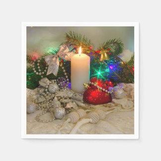 Weihnachtskerze und ein Herz-förmiges Spielzeug Papierservietten