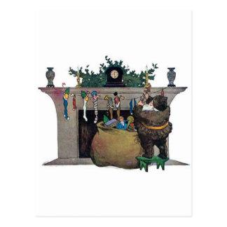 Weihnachtsmann, der die Strümpfe füllt Postkarten