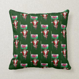 Weihnachtsmann mit Fahne von Wales Kissen