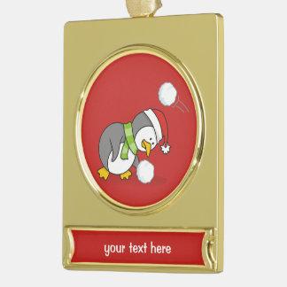 WeihnachtsPinguin, der einen Schneeball erhält Banner-Ornament Gold