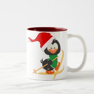 WeihnachtsPinguin-Skifahren Zweifarbige Tasse