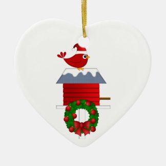 Weihnachtsroter Kardinal, der auf Birdhouse sitzt Keramik Herz-Ornament
