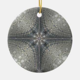 Weihnachtsverzierung mit einem Stern und einer Keramik Ornament