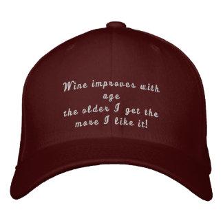 Wein verbessert mit Alter lustigem gesticktem Hut