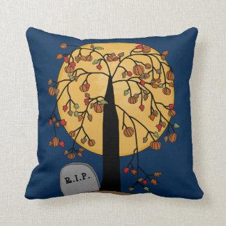 Weinender Baum in einem Friedhof Kissen