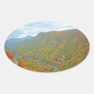 Weise oben in den Bergen wandern Ovaler Aufkleber
