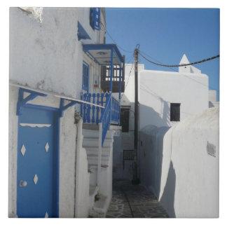 Weiß gewaschene Straße auf griechischer Insel Große Quadratische Fliese