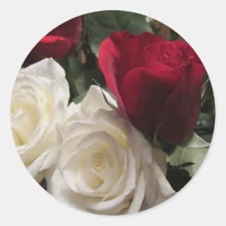 Weiß und Rosen-Aufkleber-Umschlag Aufkleber
