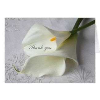 Weiße Callalilien auf Leinen danken Ihnen Karte