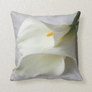 Weiße Callalilien auf Leinen Kissen