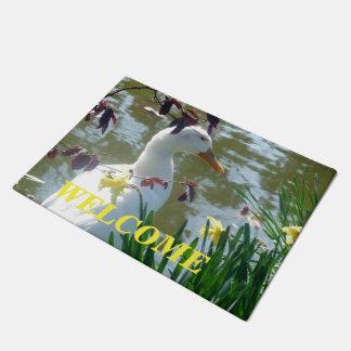 Weiße Ente in der Narzissen-willkommenen Fußmatte Türmatte