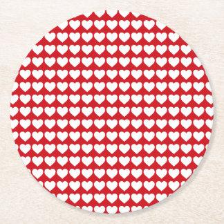 Weiße Herzen auf Lippenstift-Rot Runder Pappuntersetzer