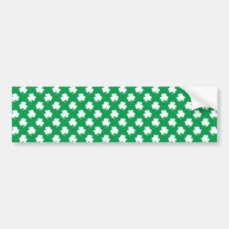 Weiße Kleeblätter auf grünen St Patrick Tagesklee Autoaufkleber