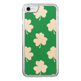 Weiße Kleeblätter auf grünen St Patrick Tagesklee Carved iPhone 7 Hülle