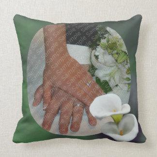 Weiße Lilien-personalisiertes Hochzeitthrow-Kissen Kissen