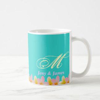 Weiße Plumeria-Hochzeits-Monogramm-Tassen-Geschenk Tasse