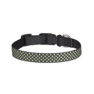 Weiße Polka-Punkte auf schwarzem Hundehalsband