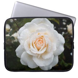 Weiße Rose mit Regentropfen-Laptop-Hülse Laptopschutzhülle