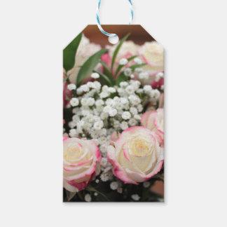 Weiße Rosen mit roter Höhepunkt-Nahaufnahme Geschenkanhänger
