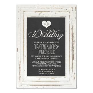Weiße rustikale Rahmen-Kreide-Hochzeits-Einladung Karte