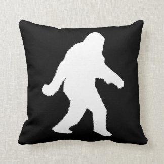 Weiße Sasquatch Silhouette für dunkle Hintergründe Kissen