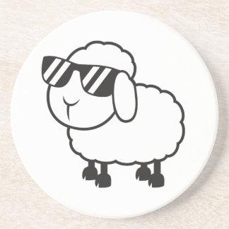 Weiße Schafe im Sonnenbrille-Cartoon Bierdeckel