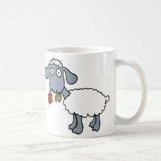 Weiße Schafe zwei niedliche Lämmer mit roten Kaffeetasse