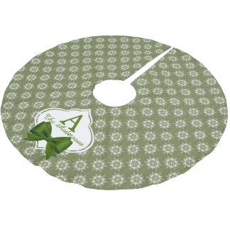 Weiße Schneeflocken auf Grün mit Band-Monogramm Polyester Weihnachtsbaumdecke
