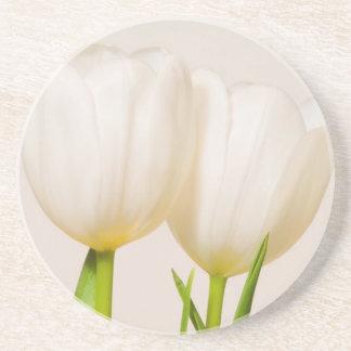 Weiße Tulpen gegen einen weißen Hintergrund, Getränkeuntersetzer