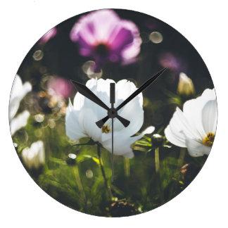 Weiße und lila Anemonen-Blumen Große Wanduhr