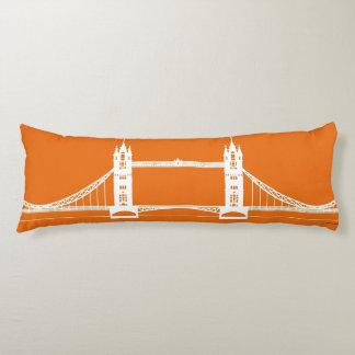 Weiße und orange London-Brücken-Silhouette XXL Kissen