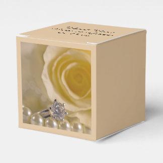 Weiße Wedding Rose, Ring und Perlen Geschenkschachtel