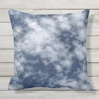 Weiße Wolken gegen blauen Himmel auf Wurfskissen Kissen Für Draußen