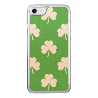 Weißer Herz-Förmiger Klee auf grünem St Patrick Carved iPhone 7 Hülle