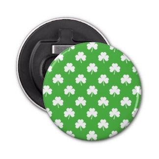 Weißer Herz-Förmiger Klee auf grünem St Patrick Flaschenöffner