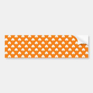 Weißer Herz-Förmiger Klee auf orange St Patrick Autoaufkleber