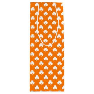 Weißer Herz-Förmiger Klee auf orange St Patrick Geschenktüte Für Weinflaschen