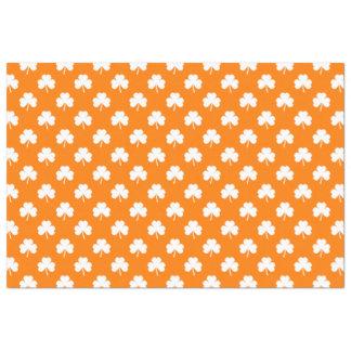 Weißer Herz-Förmiger Klee auf orange St Patrick Seidenpapier
