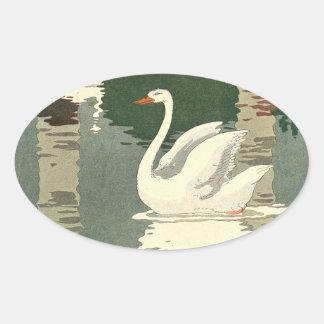 Weißer Schwan nachgedacht über den See Ovaler Aufkleber