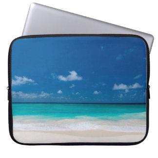 Weißer Strand, blauer Himmel und Türkis wässern Laptopschutzhülle
