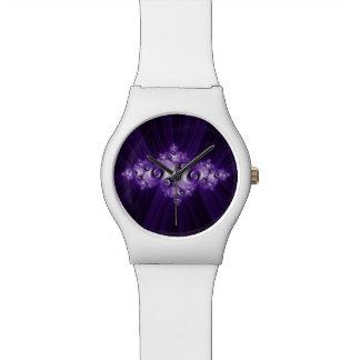 Weißes Fraktal auf lila Hintergrund Armbanduhr