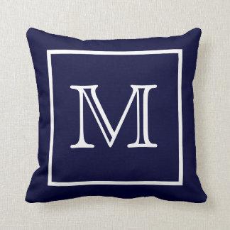 Weißes gerahmtes blaues Monogramm-Amerikaner MoJo Kissen