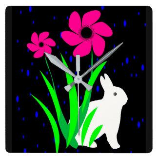 Weißes Häschen mit Blumen-Wand-Uhr durch Julie Quadratische Wanduhr