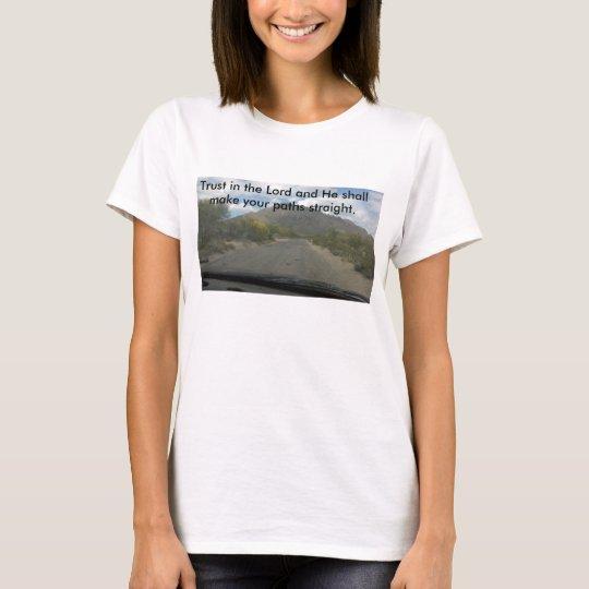 Weißes t mit einem grundlegenden T - Shirt der