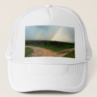 Welche Weise jetzt, doppelte Regenbogen an den Truckerkappe