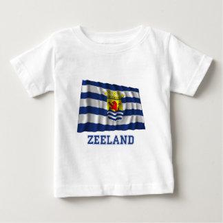 Wellenartig bewegende Flagge Zeelands mit Namen Baby T-shirt