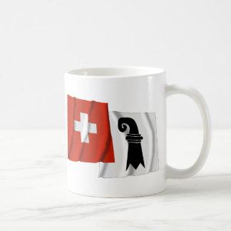 Wellenartig bewegende Flaggen der Schweiz u. Tasse