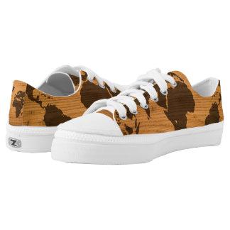 Weltkarte auf hölzernem Korn Niedrig-geschnittene Sneaker